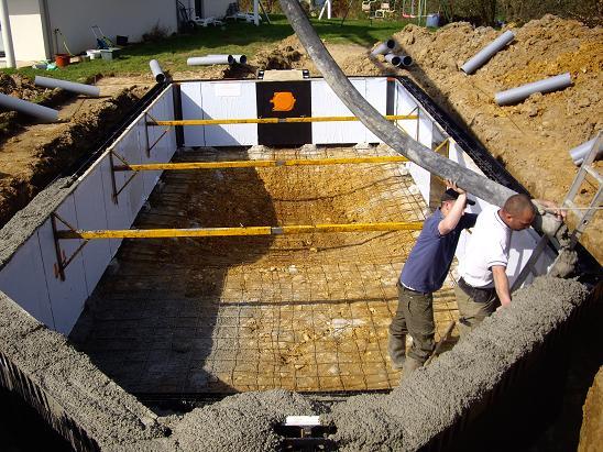 Construction piscine difficult acces terrain for Construction piscine terrain agricole